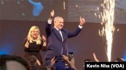 PM Israel Benjamin Netanyahu dan istrinya merayakan kemenangan partai Likud di Tel Aviv, Rabu (10/4).