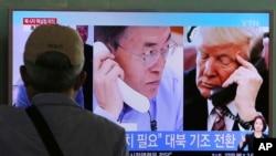 Một người Hàn Quốc xem chương trình thời sự nói về cuộc điện đàm giữa ông Moon Jae-in và Tổng thống Trump.