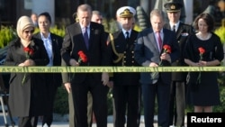 Turkish President Tayyip Erdogan (front 2nd L) and his Finnish counterpart Sauli Niinisto (front 2nd R), accompanied by their wives, hold carnations during a commemoration for the victims of Ankara bombings, Oct. 14 2015.