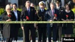 Presiden Turki Recep Tayyip Erdogan (kedua dari kiri) dan tamunya Presiden Finlandia, Sauli Niinisto meletakkan bunga untuk menghormati korban pemboman di Ankara, Rabu (14/10).
