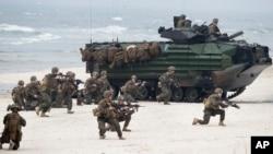 njësitë e marinsave amerikanë duke zbarkuar gjatë një stërvitjeje ushtarake në vendet balltike