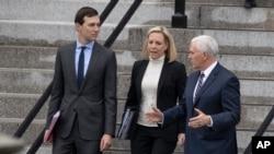 Džared Kušner, Kirsten Nilsen i Majk Pens pre sastanka sa demokratama