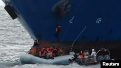 星期天在利比亞沿岸獲救的1000多名移民抵達意大利西西里島的港口。