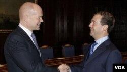 Menteri Luar Negeri Inggris William Hague berjabat-tangan dengan Presiden Rusia Dmitry Medvedev di Moskow hari ini.
