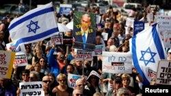 16일 이스라엘 텔아비브에서 뇌물수수 혐의 등을 받고 있는 베냐민 네타냐후 총리의 퇴진을 촉구하는 시위가 벌어졌다.