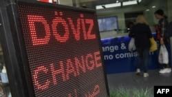 土耳其一家兑换所显示的里拉与主要货币汇率