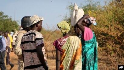 DOSSIER - Des femmes et des filles s'adressent à des membres d'une patrouille de maintien de la paix de l'ONU alors qu'ils marchent chercher de la nourriture à Bentiu, craignant d'être attaqués en chemin, près de Nhialdu, au Soudan du Sud, le 7 décembre 2018.