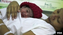 Danica Camacho, nació en el Hospital Fabella, de Filipinas, fue nombrada simbólicamente con la niña número 7 mil millones del mundo.