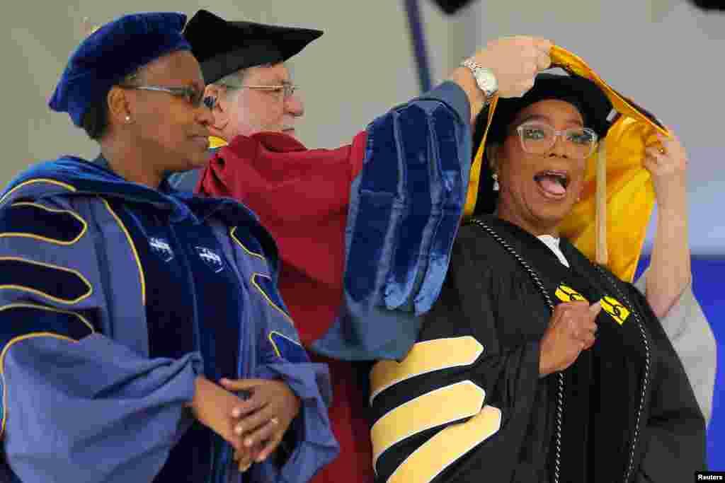 លោកស្រី Oprah Winfrey ទទួលបានសញ្ញាបត្របណ្ឌិតកិត្តិយសរបស់លោកស្រីក្នុងពេលថ្លែងសុន្ទរកថាចំណាប់អារម្មណ៍នៅមហាវិទ្យាល័យ Smith College ក្នុងក្រុង Northampton រដ្ឋ Massachusetts កាលពីថ្ងៃទី២១ ខែឧសភា ឆ្នាំ២០១៧។