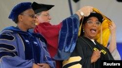 Oprah reçevant un doctorat honorifique (beaux-arts) au Smith College de Northampton dans le Massachusetts, le 21 mai 2017.