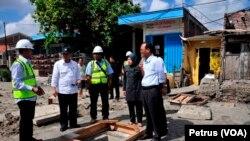 Menteri Pekerjaan Umum dan Perumahan Rakyat bersama Walikota Surabaya meninjau sejumlah proyek pembangunan saluran drainase di kawasan barat Surabaya (Foto: VOA/Petrus)