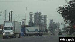 Kawasan industri Houston Timur, tempat berbagai kilang petrokimia dan kilang minyak. (E. Lee/VOA)