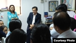 Kay Kimsong, the editor-in-chief, talked to the staff of the Phnom Penh Post, Phnom Penh, Cambodia, May 7, 2018. (Photo courtesy of Alessandro Marazzi Sassoon)