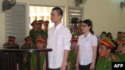 Đinh Nguyên Kha và Nguyễn Phương Uyên đứng trước Tòa án Nhân dân tỉnh Long An, ngày 16/5/2013.