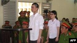 Nguyễn Phương Uyên, sinh viên Đại học Công Nghệ Thực phẩm TPHCM, và 8 năm tù đối với Đinh Nguyên Kha, sinh viên Đại học Kinh tế Công nghiệp Long An tại Tòa án nhân dân tỉnh Long An, ngày 16 tháng 5, 2013.