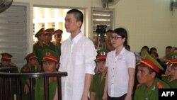 Sinh viên Nguyễn Phương Uyên, 21 tuổi, và Đinh Nguyên Kha, 25 tuổi trước tòa án tỉnh Long An.
