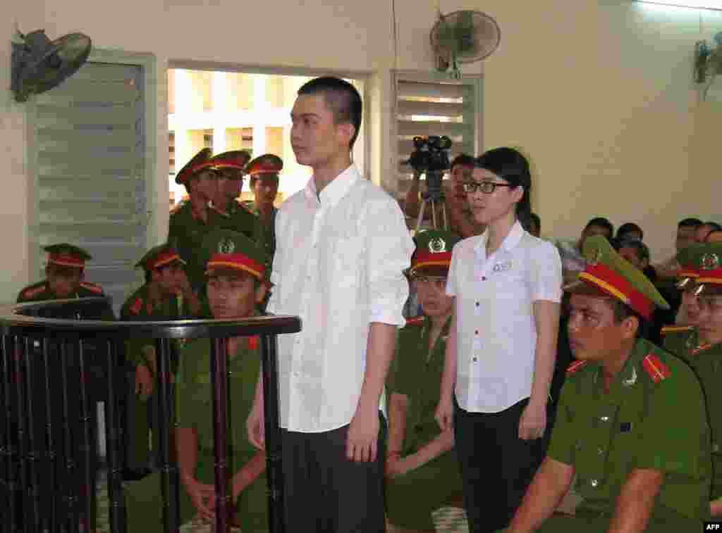 Một sự kiện chưa có tiền lệ trong các vụ án chính trị tại Việt Nam khi một tù nhân chính trị được trả tự do tại tòa phúc thẩm từ một bản án 6 năm tù về tội danh 'tuyên truyền chống nhà nước'. Tại phiên phúc thẩm ở Long An hôm 16/8, bản án đối với Nguyễn Phương Uyên được đổi thành 3 năm tù treo và Đinh Nguyên Kha được giảm nửa án tù, từ 8 năm còn 4 năm. Nhà chức trách sau này cũng hủy án 'khủng bố' đối với Đinh Nguyên Kha sau một năm điều tra không thu thập được chứng cứ thuyết phục. Uyên và Kha đã rải truyền đơn chống Trung Quốc xâm lược Biển Đông và phản đối sự cai trị độc tài của đảng cộng sản Việt Nam.