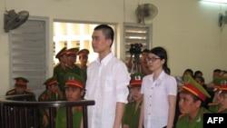 Sinh viên Nguyễn Phương Uyên, 21 tuổi, và Đinh Nguyên Kha, 25 tuổi tại phiên sơ thẩm tại tòa án tỉnh Long An ngày 16/5/2013. Trong phiên sơ thẩm, tòa đã tuyên án 6 năm tù đối với Phương Uyên, và 8 năm tù đối với Nguyên Kha. Trong phiên xử phúc thẩm hôm nay, Nguyễn Phương Uyên bị xử 3 năm tù nhưng được hưởng án treo, trong khi Nguyên Kha được giảm án xuống còn 4 năm tù giam.
