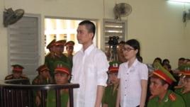 Hai sinh viên Nguyễn Phương Uyên và Đinh Nguyên Kha đứng trước phiên tòa tỉnh Long An, ngày 16/5/2013.