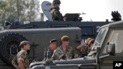 Tentara Inggris, sebagai bagian dari pasukan NATO, memasuki Giurgiu, Romania, dari Bulgaria hari Kamis (1/6).