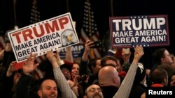 """د جمهوری غوښتونکي ډانلډ ټرمپ پلویان په یوه انتخاباتي مبارزه کې خپل شعار څرگندوي """" موږبه امریکا بیرته ستر هېواد کړو!"""""""