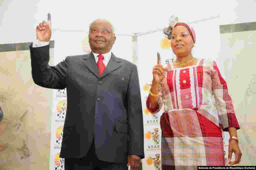 Presidente Armando Guebuza e a primeira-dama Maria da Luz Guebuza após votarem em Maputo