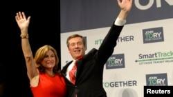 Walikota Toronto John Tory (kanan) dan istrinya, Barbara Hackett