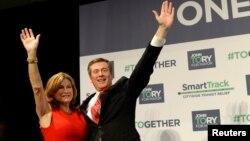 John Tory bersama isterinya, Barbara Hackett merayakan kemenangan dalam pemilihan walikota di Toronto, Senin (27/10) malam.