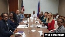 Sou-Sekretè Deta Adjwen pou Ayiti, Kanada ak Karayib la Cindy Kierscht ak plizyè lidè nan klas politik la ann Ayiti. Foto: Paj Twitter Anbasad Etazini ann Ayiti.
