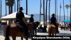 Поліціянти патрулюють на променаді