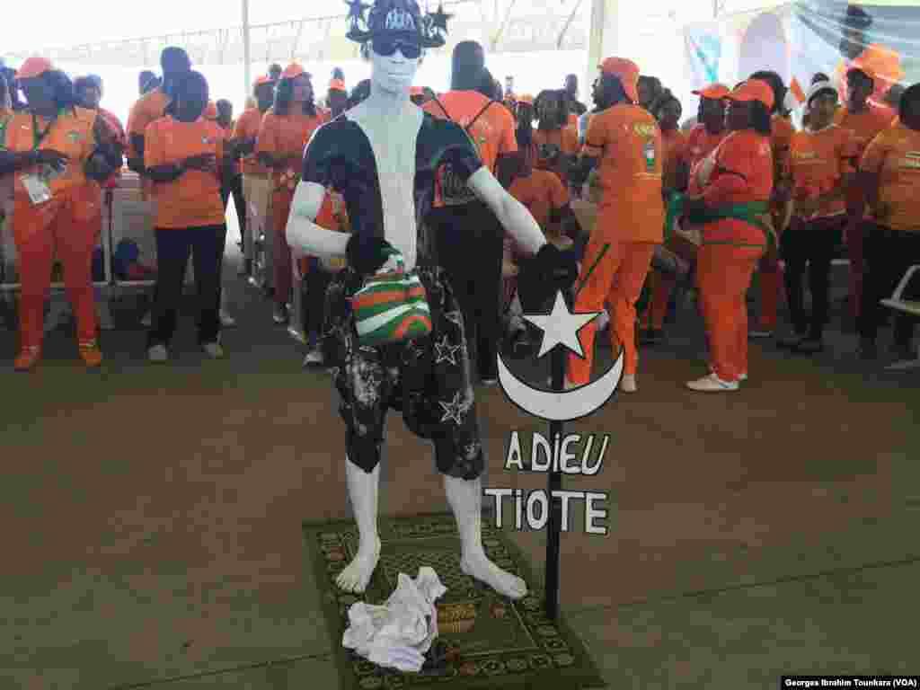 Les Ivoiriens attendent la dépouille de Cheik Tioté, à l'aéroport d'Abidjan, le 15 juin 2017. (VOA/Georges Ibrahim Tounkara)