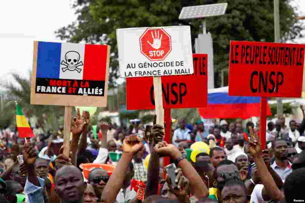 Waandamanaji wa upinzani wahudhuria mkutano wa hadhara kwenye uwanja wa Uhuru kusherehekea kuondolewa madarakani rais Ibrahim Boubacar Keita, Bamako, Mali, Aug. 21, 2020.