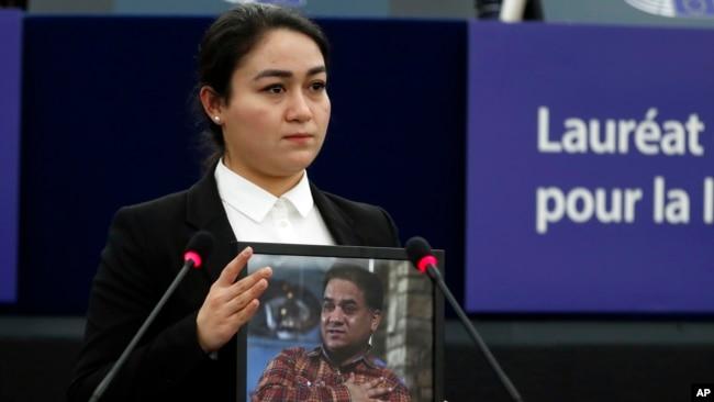 中国维吾尔族学者伊力哈木·土赫提的女儿菊尔·伊力哈木在法国斯特拉斯堡的欧洲议会代父领取萨哈罗夫人权奖。(2019年12月18日)