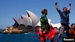 2 nhà hoạt động từ đảo quốc Nam Thái bình dương tham gia cuộc phát động chiến dịch phản đối công nghiệp than trước Nhà hát Opera Sydney