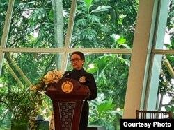 Menteri Luar Negeri Retno Marsudi sedang menyampaikan terima kasih kepada tim pemulangan WNI dari Hubei di Kementerian Luar Negeri, Selasa (18/2). (Foto: KemenluRI)