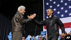 Tsohon shugaba Bill Clinton (hagu) yana gabatar da shugaba Barack Obama a wajen yakin neman zabe a garin Bristow a Jihar Virginia ran asabar.