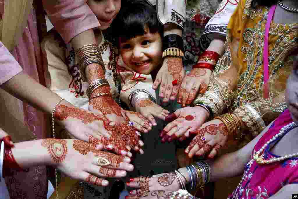 دختران در شهر پشاور پاکستان عید را تجلیل میکنند