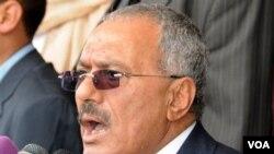 Presiden Yaman, Ali Abdullah Saleh berpidato di depan pendukungnya di ibukota Sana'a (25/3).