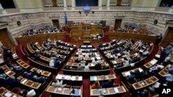 PM Yunani Alexis Tsipras memberikan sambutan dalam sidang parlemen di Athena fFoto: dok).