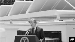 Presiden AS Jimmy Carter berpidato dengan latar belakang panel tenaga surya di Gedung Putih, 21 Juni 1979.