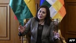 La ministra de Relaciones Exteriores de Bolivia, Karen Longaric, habla durante una entrevista con AFP en La Paz, el viernes.