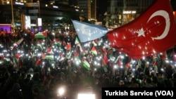 Kalabalık bir grup, İstanbul Levent'teki İsrail Başkonsolosluğu'nun bulunduğu binanın önünde toplandı.