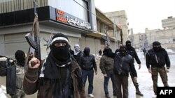 Các binh sĩ đào ngũ gia nhập lực lượng Quân Đội Tự Do Syria trấn giữ 1 con đường ở ngoại ô Damascus, 27/1/2012