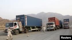 Yuk mashinalari Pokistondan Afg'onistonga NATO kuchlari uchun yuk olib ketmoqda.