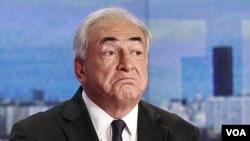Dominique Strauss-Kahn saat melakukan wawancara pertama dengan stasiun TV Perancis, TF1 sejak bebas dari tuduhan perkosaan di New York, 18/9. (Foto:dok)