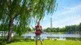 Mikah Meyer នៅឧទ្យាន Constitution Gardens ដែលស្ថិតនៅក្នុងតំបន់វ៉ាស៊ីនតោន ថតនៅថ្ងៃទី ២០ ខែឧសភា ឆ្នាំ២០១៦។ (រូបថត៖ Andy Waldron)
