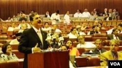 Perdana Menteri Pakistan, Yousuf Raza Gilani memberikan pidato di depan parlemen Pakistan, Senin (9/5).