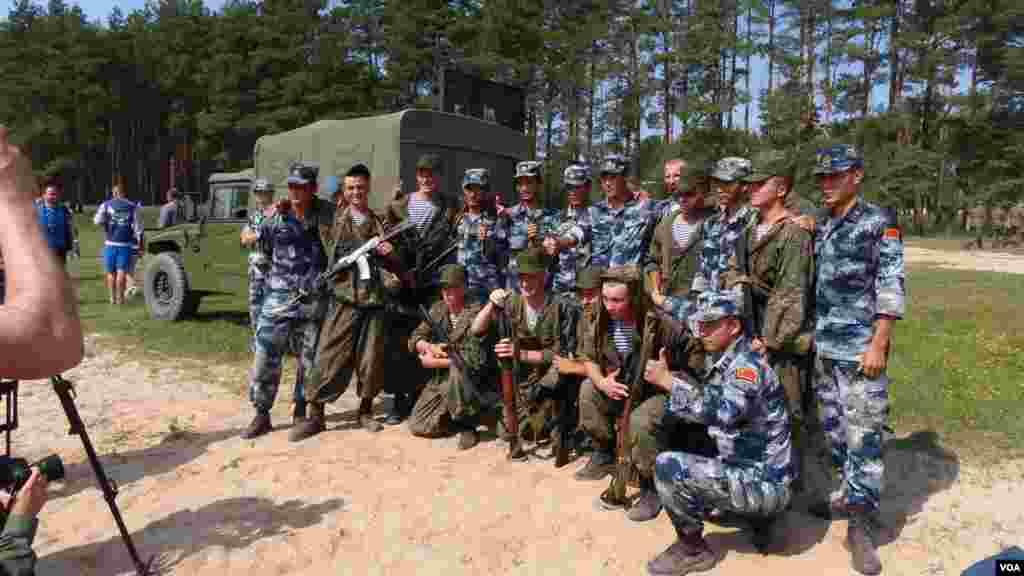 中国空降兵在离莫斯科200公里远的杜波洛维奇演习场。