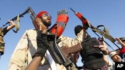 反卡扎菲部队在巴尼.瓦利德城外阵地上