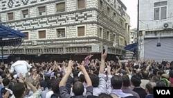 Para demonstran anti-pemerintah di kota Homs menghadiri pemakaman korban yang tewas dalam bentrokan dengan pasukan pemerintah (18/4).